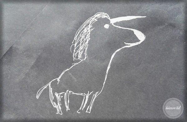 alkotás krétával aszfaltra rajzolt unikornis