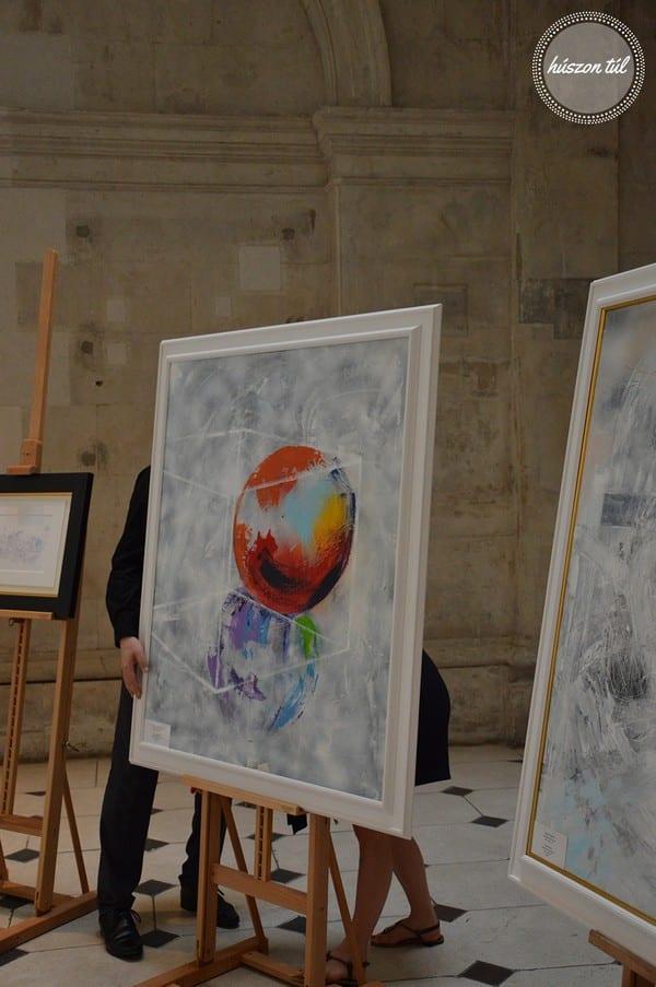 alkotás emberek igazítanak egy vásznat egy kiállításon