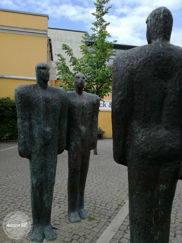 anyamegmondta embereket ábrázoló szoborcsoport
