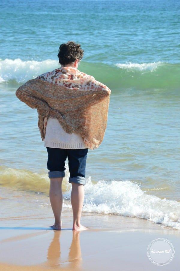 anyamegmondta felgyűrt nadrágszárú nő áll a tengerparton