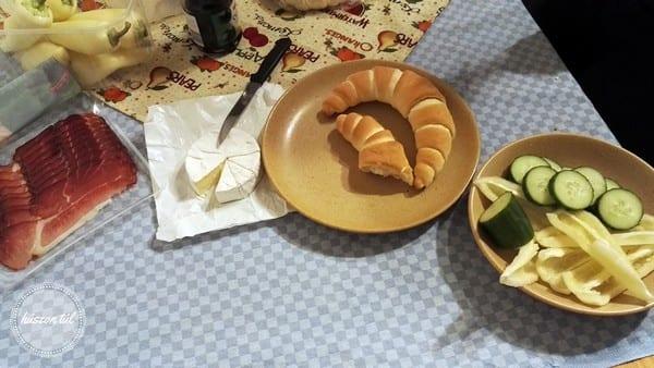 apamosdikanyafőz megterített asztal tányérokkal rajtuk ételekkel
