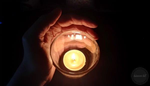 #átmelegedve - gyertyát körülölelő kéz