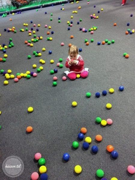 Játszommintegygyerek kisgyerek labdákkal