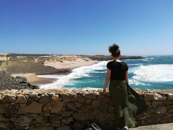 apródolgok-lány áll háttal nekünk az óceánt csodálva