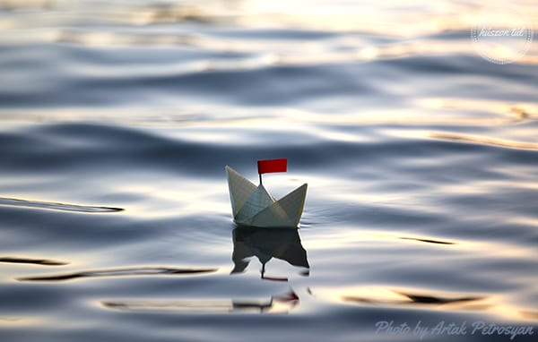 apródolgok-kis papír hajó a vízen