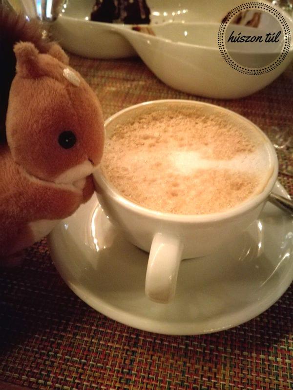apródolgok-kávé és plüssmókus