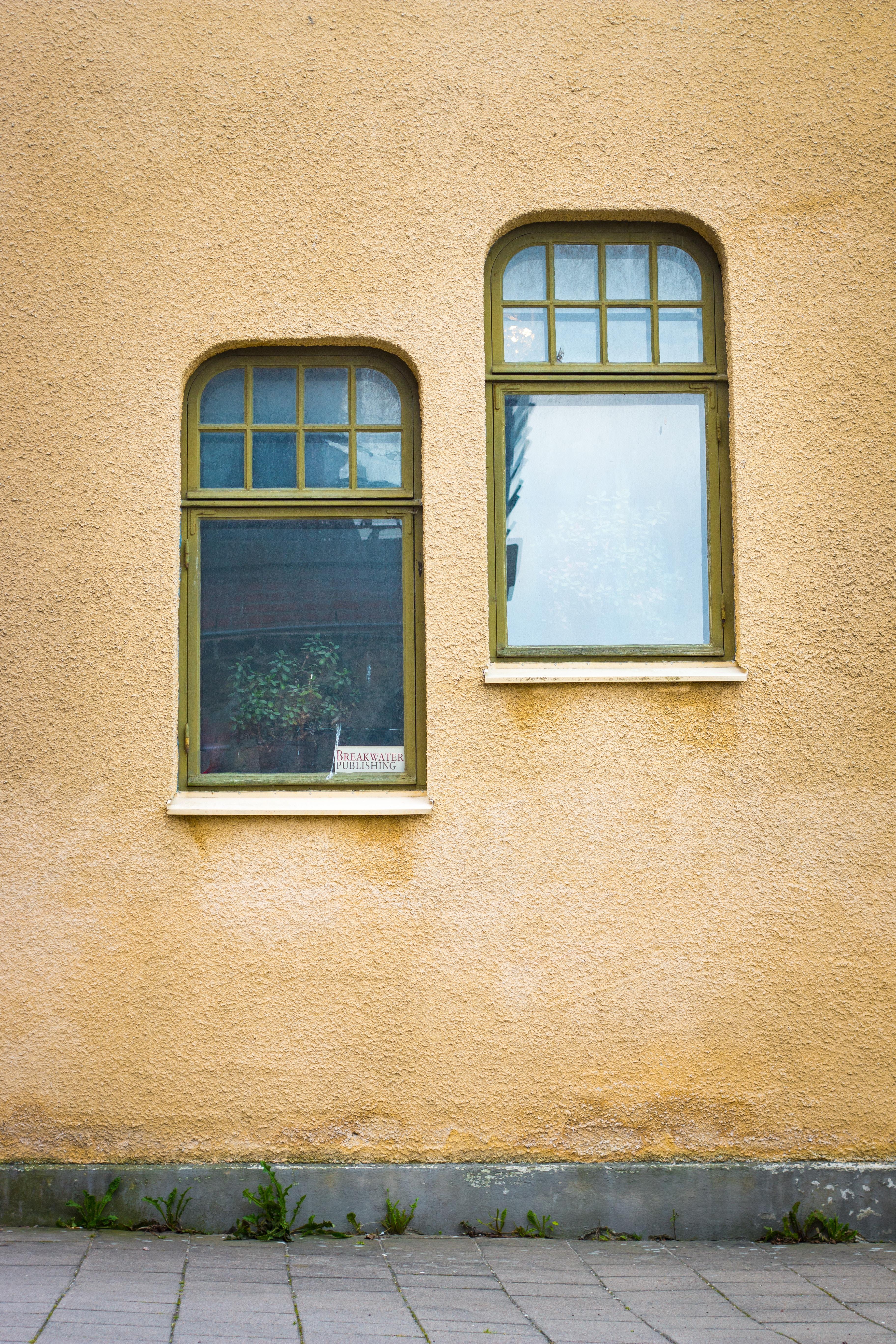 randompentek-kettosmerce-ket ablak egy falon