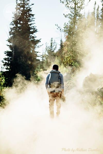 férfilettem-férfi áll a ködben