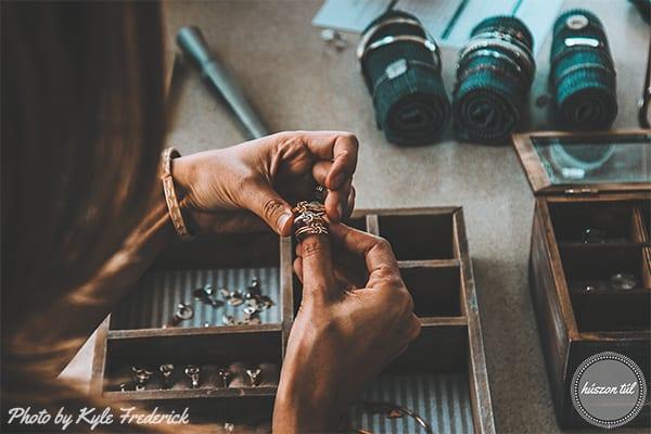 nőiértékekhelye-női kéz rakosgatja a gyűrűit