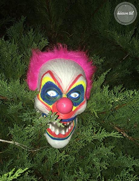 randompéntek-hallowenn-ijesztő bohócfej a bokorban