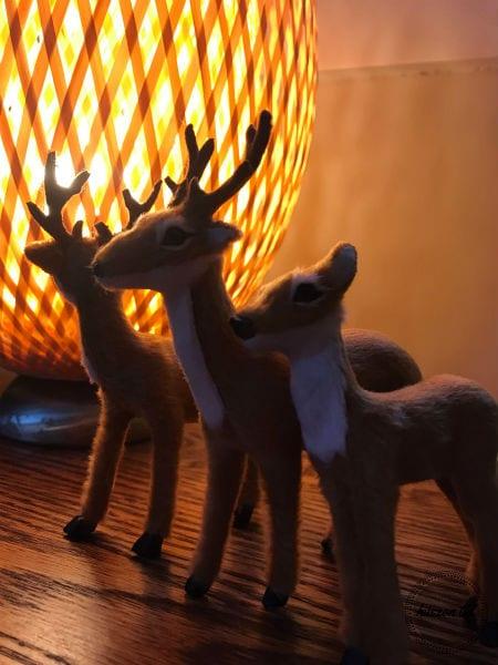 titkosmikulás-három rénszarvas játék egy lámpa előtt